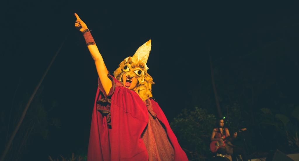 """""""Voo para o fim do mundo"""", novo espetáculo do Teatro Violetas, mergulha no universo de Mari Hi, uma mulher no caminho para o fim do mundo"""